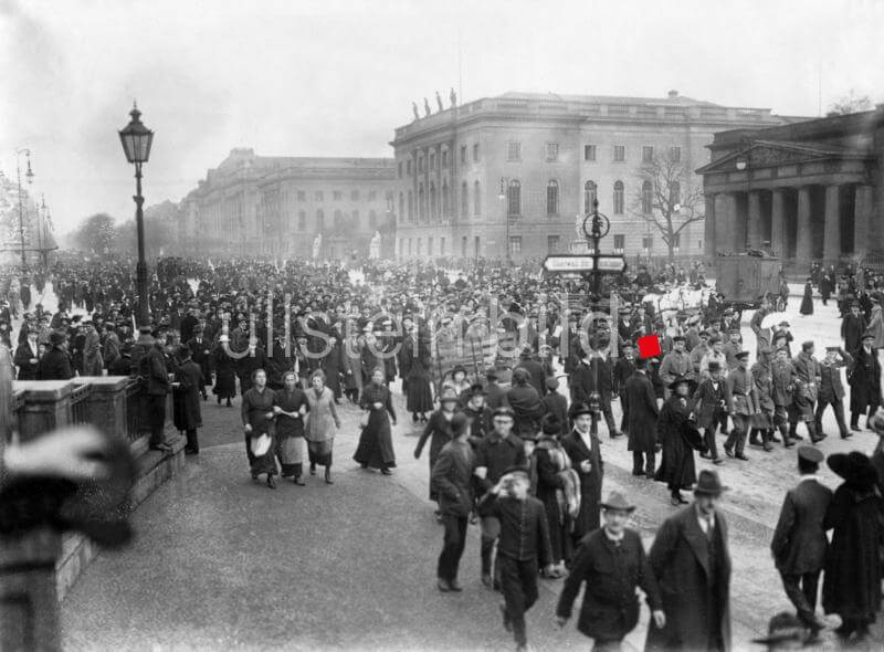 German Revolution in 1918: rally on Unter den Linden Boulevard in Berlin - 09.11.1918 Vintage property of ullstein bild