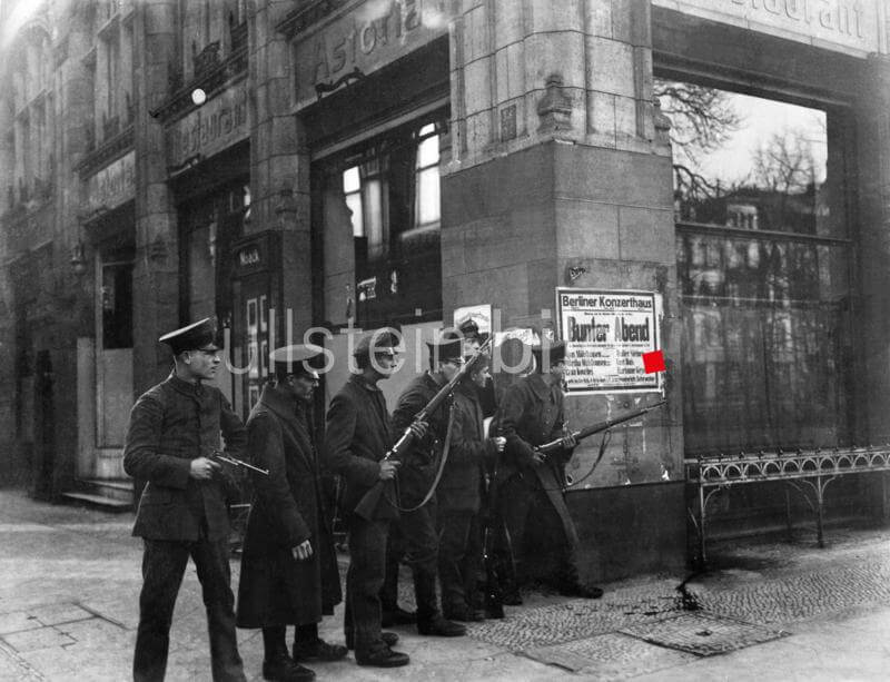 German revolution of 1918: armed insurgent soldiers at the corner of Charlottenstrasse and Unter den Linden (Restaurant Astoria in the background) in Berlin - 10.11.1918 Vintage property of ullstein bild
