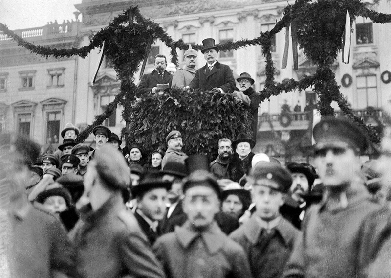 German revolution of 1918: troups returning from war are welcomed by the People's Deputy Friedrich Ebert (above on the left) on Pariser Platz in Berlin. Next to Ebert (from l) General von Lequis, Berlin mayor Adolf Wermuth and Social Democratic MP Richard Fischer - 10.12.1918 Vintage property of ullstein bild