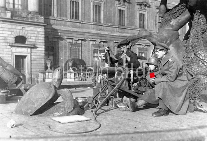 Germany November Revolution. Revolutionary troops with a machine gun in position at the Begas fountain in front of the City Castle in Berlin - November 1918