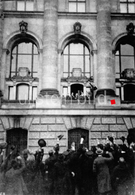 Philipp Scheidemann calling out the Republic from the balcony of the Reichstag building. (Re-enactment of the 1920s) - 11.09.1918